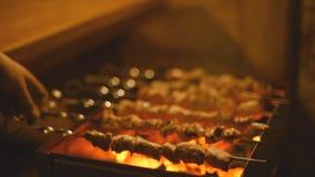 Kebabs de la asación en la parrilla almacen de metraje de vídeo