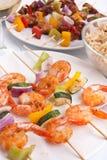 Kebabs del camarón, del pollo y de los vehículos Imágenes de archivo libres de regalías
