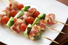 Kebabs en la placa blanca Imágenes de archivo libres de regalías