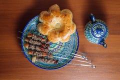 Kebabs en un plato de cerámica Imágenes de archivo libres de regalías