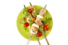 Kebabs freschi del pollo su oscurità Fotografia Stock Libera da Diritti