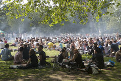 Молодые люди зажаренные kebabs и отдыхает в местном парке в Hackney Стоковые Изображения