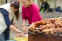 Kebabs klaar voor het koken op openluchtbbq Stock Foto's