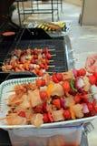 Kebabs listos para ir en el Bbq Imágenes de archivo libres de regalías