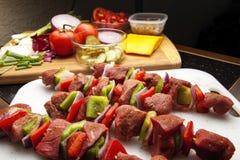 Kebabs met fixins klaar voor grill-2 Royalty-vrije Stock Afbeeldingen