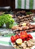 Kebabs mit einer Beilage und einem Aperitif Stockfoto
