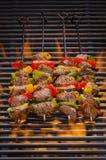 Kebabs op een Hete vlammende Grill Stock Fotografie