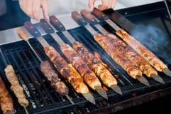 Kebabs que cocina en el Bbq fotografía de archivo libre de regalías