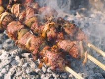 Kebabs que cocina en el gril foto de archivo