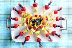 Kebabs sanos de la fruta fresca en una mesa de picnic Foto de archivo libre de regalías