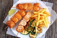 Kebabs Shish цыпленка с французскими фраями Стоковое фото RF