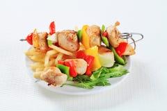 Kebabs Shish цыпленка с фраями Стоковые Фото
