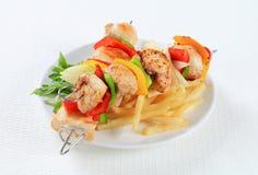 Kebabs Shish цыпленка с фраями Стоковое Изображение