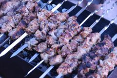 Kebabs sur le gril image stock