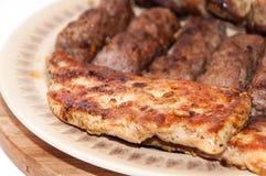 Kebabs und Hühnerbrust auf dem Grill Lizenzfreies Stockfoto