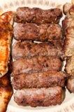 Kebabs und Hühnerbrust auf dem Grill Lizenzfreie Stockbilder
