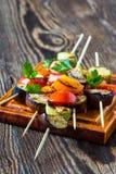 Kebabs vegetales del verano fresco con el tomatoe de la berenjena y de la cereza Fotos de archivo libres de regalías