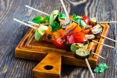 Kebabs vegetales del verano fresco con el tomatoe de la berenjena y de la cereza Foto de archivo libre de regalías