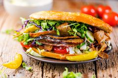 Kebabsandwich op een grijze achtergrond met salade en tomaten royalty-vrije stock afbeelding
