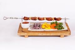 Kebabsteknålar av kött på en pinne stiger ombord Fotografering för Bildbyråer