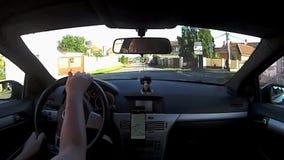 Keblice, чехия - 3-ье июля 2017: управляющ автомобилем Opel Astra h в деревне Keblice между старыми домами во время летних отпуск видеоматериал
