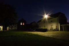 2016/07/04 Keblice, Tjeckien - hus i fyrkanten under den turist- säsongen för sommar på natten Royaltyfri Fotografi