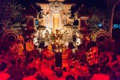 Kecak火和恍惚舞蹈在Pura Dalem塔曼卡娅, Ubud,巴厘岛,印度尼西亚 库存图片