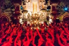 Kecak火和恍惚舞蹈在Pura Dalem塔曼卡娅, Ubud,巴厘岛,印度尼西亚 免版税库存图片