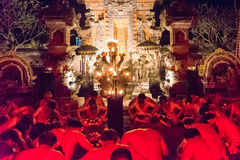 Kecak火和恍惚舞蹈在Pura Dalem塔曼卡娅, Ubud,巴厘岛,印度尼西亚 免版税库存照片