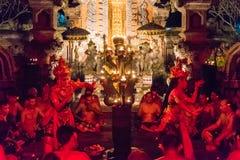 Kecak火和恍惚舞蹈在Pura Dalem塔曼卡娅, Ubud,巴厘岛,印度尼西亚 免版税图库摄影