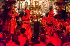 Kecak火和恍惚舞蹈在Pura Dalem塔曼卡娅, Ubud,巴厘岛,印度尼西亚 图库摄影