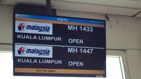 KEDAH, LANGKAWI, MALAISIE - 9 avril 2015 : L'information de vol sur le terminal pour passagers d'aéroport de Langkawi avec le dép photos libres de droits