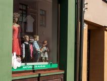 Kedainiai,立陶宛8月18日2013年:小女孩在时装模特旁边的商店 免版税库存图片