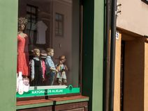 Kedainiai, sierpień 18, 2013: mała dziewczynka przy sklepem obok mannequins Obrazy Royalty Free
