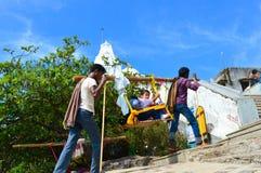 KEDARNATH, AMARNATH, INDIA, vervoeren de Kasjmier portiers Toeristen gezet als sedanvoorzitter stock foto
