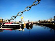 Kedja över vatten-fylld skeppsdocka Arkivbild
