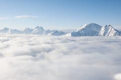 Kedja av berg som klibbar ut ur moln Royaltyfria Foton
