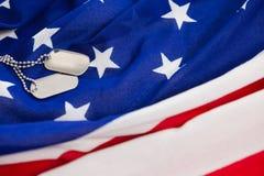 Kedja för hundetikett på en amerikanska flaggan Arkivfoto