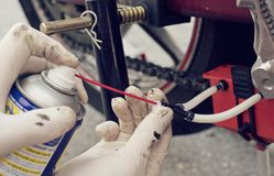 Kedja för manlokalvårdmotorcykel med den speciala apparatborsten arkivfoto