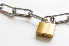 Kedja för metall för begreppsdataskydd på vit bakgrund Royaltyfri Foto