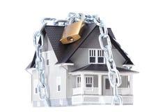 Kedja med låset runt om huset Royaltyfri Foto