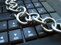 Kedja och lås på bärbar datortangentbordet Datorförbud, internetförbud böjelse Anti-virus royaltyfria bilder