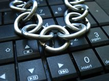Kedja och lås på bärbar datortangentbordet Datorförbud, internetförbud böjelse Anti-virus arkivbilder