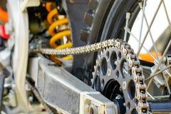 Kedja och tandhjul av motocrosscykeln Arkivbilder