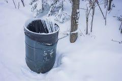 Kedjad fast avskrädetrumma i vinter Royaltyfri Bild