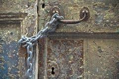 Kedjad fast och padlocked dörr royaltyfria foton
