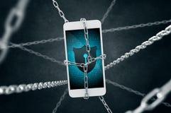Kedjad fast smartphone med antivirusskölden Arkivbild