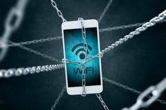 Kedjad fast smartphone med det Wifi symbolet Arkivbild