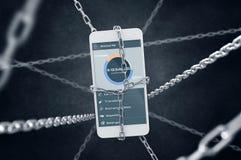 Kedjad fast smartphone med mobil bankrörelseapplikation Arkivbild