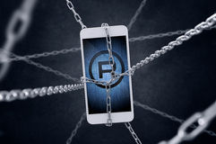Kedjad fast smartphone med registreringssymbol Arkivfoton